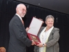 Besondere Auszeichnung für 125 JAhre TV Osterhofen: BTV-Bezirksvorsitzende Angela Saller überreichte das Walter-Kolb-Schild an TV-Vorsitzenden Richard Majunke.