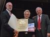 Die Ehrenurkunde des Landessportverbands und einen Bildungsgutschien überreichten BLSV-Bezirksvorsitzender Udo Egleder (v. r.) und BLSV-Kreisvorsitzender Otto Baumann an TV-Vorsitzenden Richard Majunke.